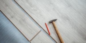 Panele podłogowe, czy płytki drewnopodobne?