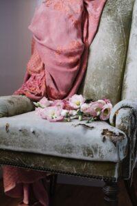 Fotel pokryty kwiatami