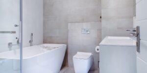 Przykładowa łazienka w białej tonacji
